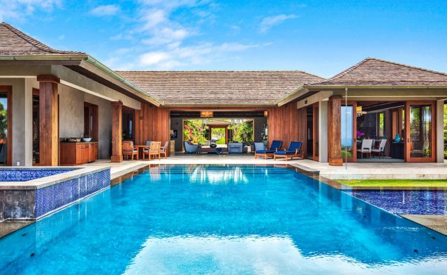 Endlessly - Pool and Back of the house - Hawaii Vacation Home